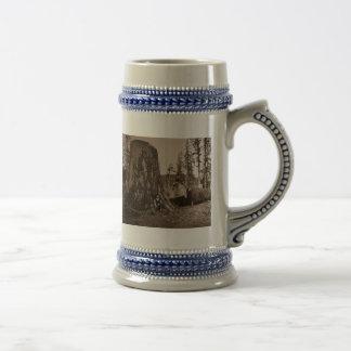 Pose vintage de bûcherons pour un portrait ancien chope à bière