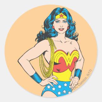 Pose vintage de la femme de merveille   avec le sticker rond