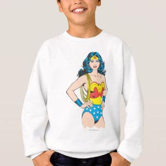 Pose vintage de la femme de merveille | avec le sweatshirt