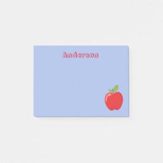 Post-it® Apple rouge sur l'arrière - plan bleu