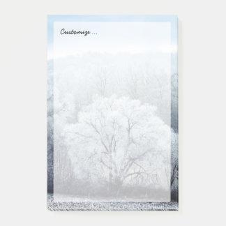 Post-it® Le paysage brumeux d'hiver avec la neige a couvert