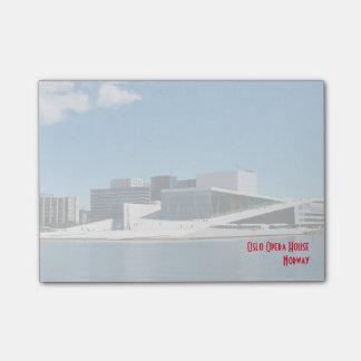 Post-it® Théatre de l'opéra iconique d'Oslo à travers l'eau
