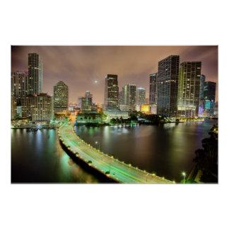 Poster Avances de pont à travers la voie d'eau vers Miami