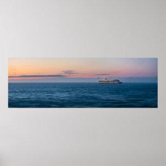 Poster Bateau de croisière sous un coucher du soleil
