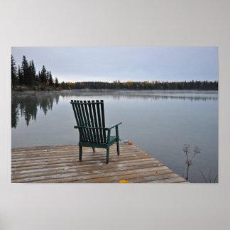 Poster Chaise vide sur la plate-forme de lac