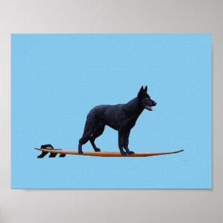 Poster Chien surfant - affiche noire de berger allemand
