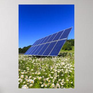 Poster Énergie viable de pré vert de panneaux solaires