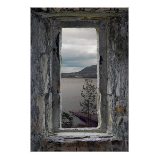 Poster Fausse fenêtre en pierre avec la vue du loch