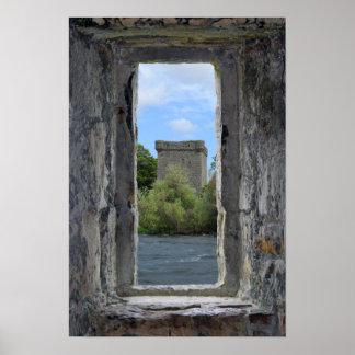 Poster Fenêtre en pierre de Faux encadrant un château