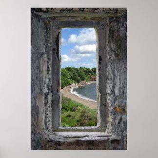 Poster Fenêtre en pierre encadrant une plage et des