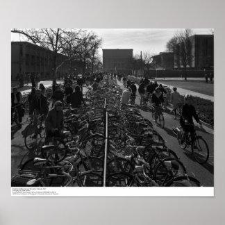 Poster Les étudiants et les bicyclettes s'approchent de