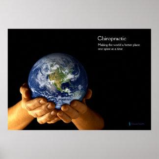 Poster Mains tenant l'affiche de chiropractie de la terre