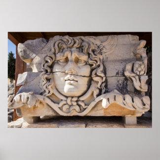 Poster Méduse découpant aux ruines grecques