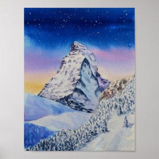 Poster Montagne de Matterhorn dans la neige à la soirée