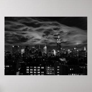 Poster Nuages éthérés : Horizon de NYC, bâtiment BW