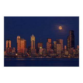 Poster Pleine lune se levant au-dessus de l'horizon du ce