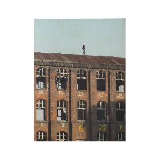 Poster Sur Bois Fille sur le toit 01,0, endroits perdus