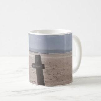 Poteau indicateur de sentier piéton mug