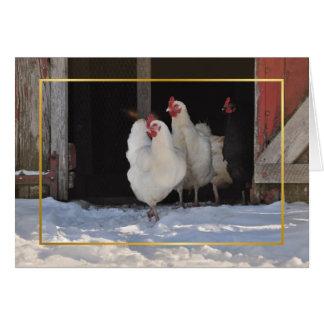 Poulets dans la carte de Noël de neige