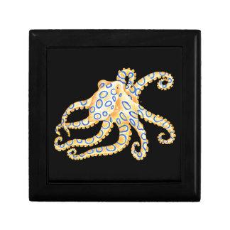 Poulpe bleu d'anneau sur le noir petite boîte à bijoux carrée