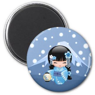 Poupée de Kokeshi d'hiver - fille de geisha bleue Magnet Rond 8 Cm
