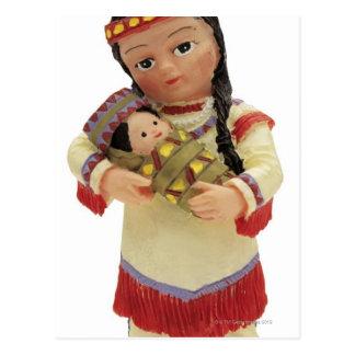 poupée indienne rouge femelle tenant un bébé carte postale