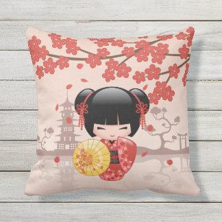 Poupée rouge de Sakura Kokeshi - geisha japonais Coussin D'extérieur