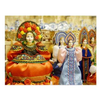 Poupées dans des costumes russes traditionnels carte postale
