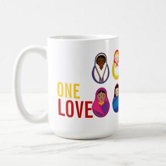 Poupées internationales d'un d'amour emboîtement mug blanc