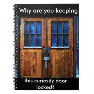 Pourquoi êtes vous gardant ce carnet de porte de