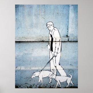 poursuivez le graffiti de marcheur sur la rue de b affiches