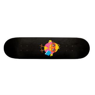 Poussin de geek de planche à roulettes plateaux de skateboards