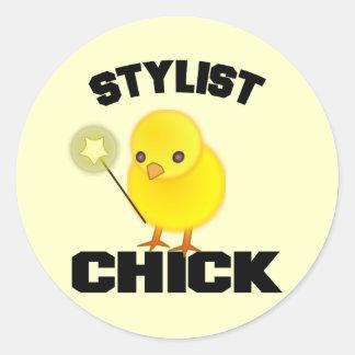 Poussin drôle de styliste en coiffure sticker rond