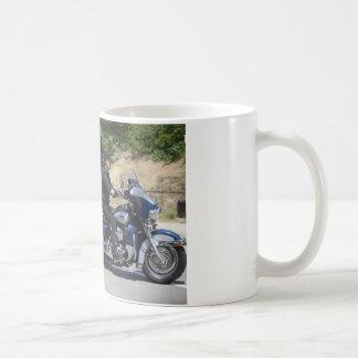 Poutine monte un tricycle ! mugs à café