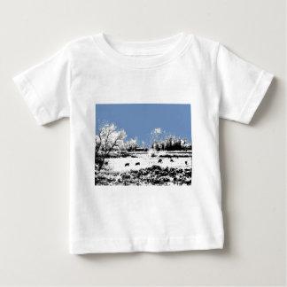 Pré paisible avec les vaches et le ciel bleu t-shirts