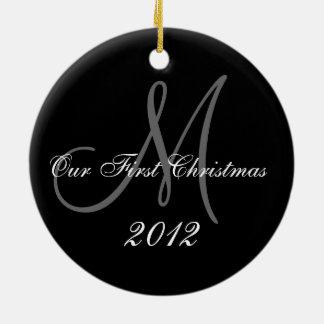 Premier monogramme de l ornement de Noël du coup
