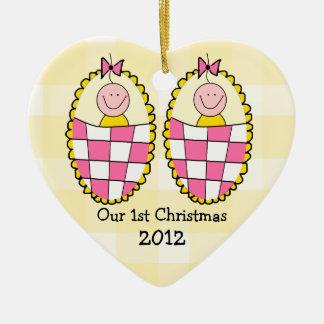 Premier Noël de guingan de filles jaunes de jumeau Ornement Cœur En Céramique