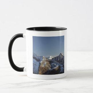 Première neige sur les montagnes mug