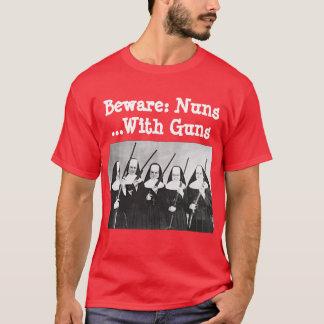 Prenez garde : Nonnes… avec des armes à feu T-shirt