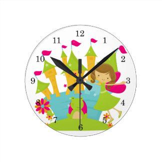 Princesse de fée de brune horloge ronde