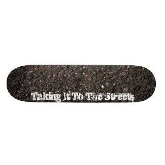Prise de lui aux rues plateaux de skateboards customisés