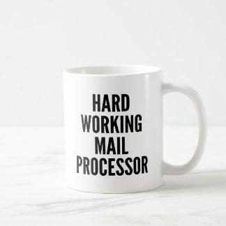 Processeur fonctionnant dur de courrier mug