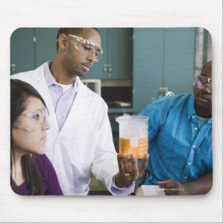Professeur africain et étudiants observant tapis de souris