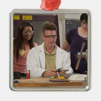 Professeur démontrant le support d'outil du ornement carré argenté