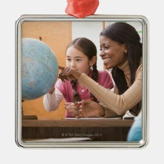 Professeur et étudiant regardant le globe ornement carré argenté