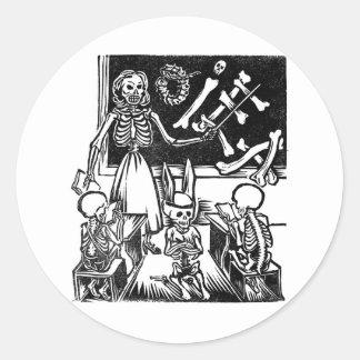 """Professeur et étudiants squelettiques """"jour du adhésif rond"""