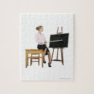 Professeur féminin dirigeant la règle au tableau puzzle