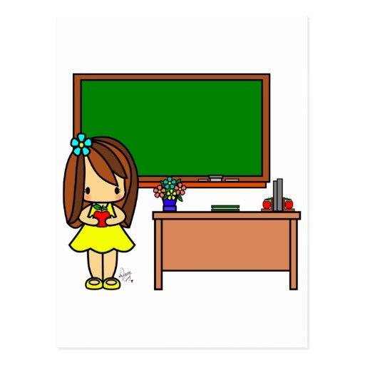 Professeur mignon dans sa salle de classe tenant u carte postale