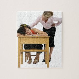 Professeur vérifiant l'étudiant endormi au bureau puzzle