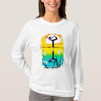 Profil latéral d'un yoga de pratique de femme t-shirt